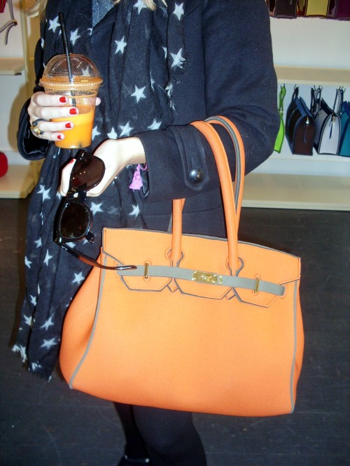 Foulard de estrellas y BLACK MARKET, bolso de tela de neopreno naranja LEGHILA  y gafas de sol RAY-BAN